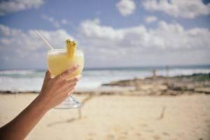 Cocktail Acérola, d'ananas, citron vert et à l'eau de coco
