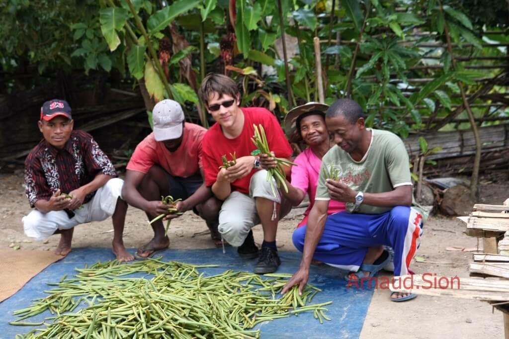 Arnaud lors de sa formation sur le monde de la vanille bourbon de la récolte à sa préparation